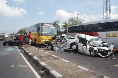Rem Bus Blong Sruduk 3 mobil